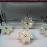 set special din aur alb cu sidef in forma de floare